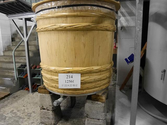 昔ながらの杉の桶も使っている