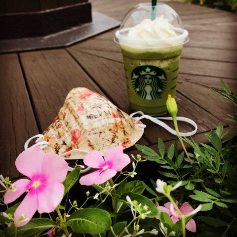 花と抹茶フラペチーノと防埃マスク、という意味のわからない組み合わせもアリに見えてしまう。