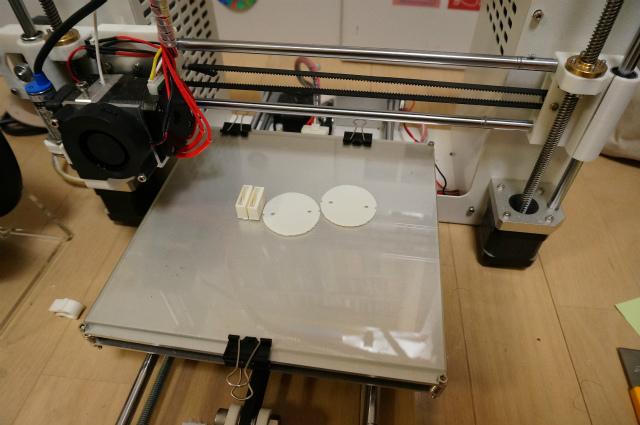 3Dプリンタで出す(左側)。