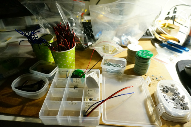 各備品を取り出しやすい容器に小分けし、どんどん効率化されていく机上