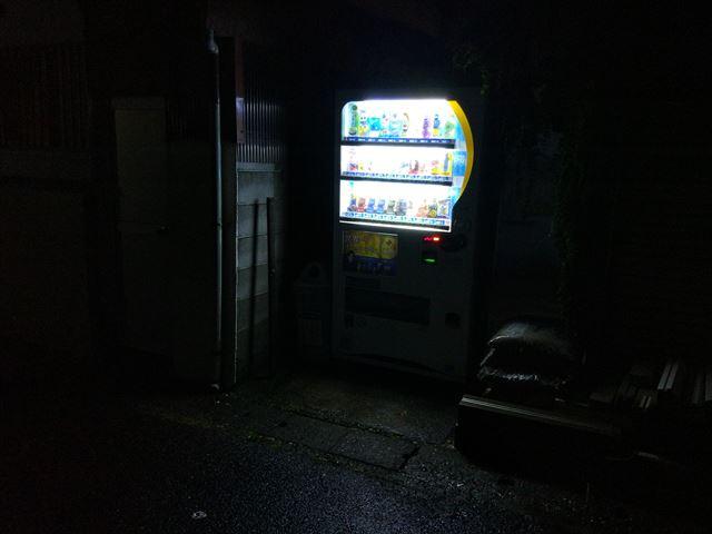 ご覧ください、自販機の足元にワルが見えませんか?(隠れてはいません)