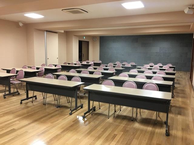 こちらがそのプロレスが行われたという祭務所地下ホール。普段は江戸文化にまつわる講座などが開かれたり、神社同士の組合の会合で利用されたりしている