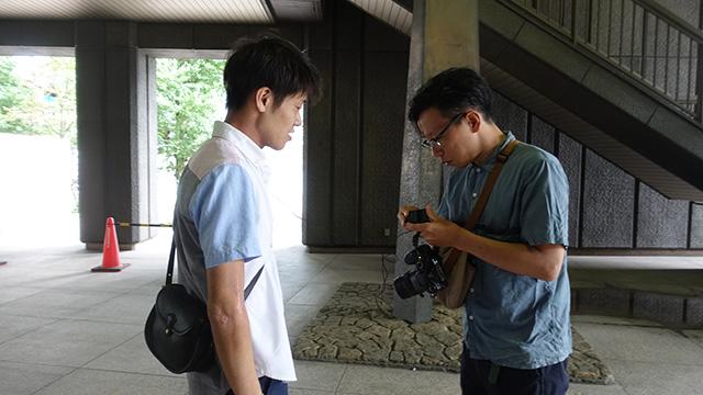 美術評論家の塚田優さん(左)。専門家つきっきりで美術を味わうというのは贅沢な時間だった