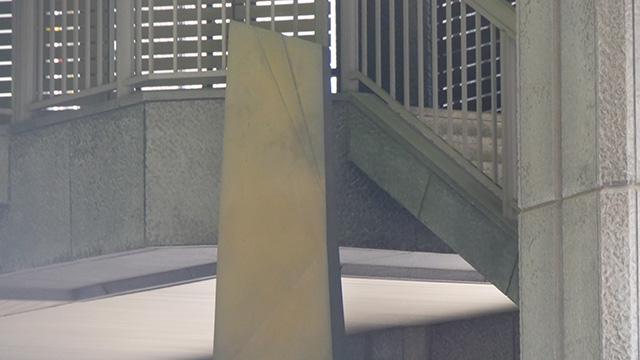 一番上に斜めの線がある。また、上の右肩下がりは背景の階段に合わせているのでは?と推測