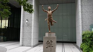 台座に「絆」って書いている箱根駅伝の銅像。台座は大事問題が再び