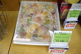 売れ筋商品だという「彩果の宝石」。我が埼玉のお菓子なので、ここで買って佐渡の方にお土産として渡すという手が使えるな。