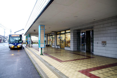 店の目の前がバス停になっている。佐渡が日本の縮図だとすれば、ここは東京駅の前なのだと思う。