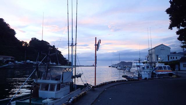 留められた漁船が海水に揺られる音が、満腹時のお腹のたぷたぷっていう音みたいに聞こえたのだけど、もっと他に良い例えがあるような気がする