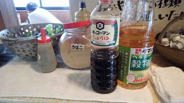セルフで味をつける方式。豪快な大きさの醤油とお酢のうしろには砂糖がかくれていて、きなこの後ろにあるのが黒みつ