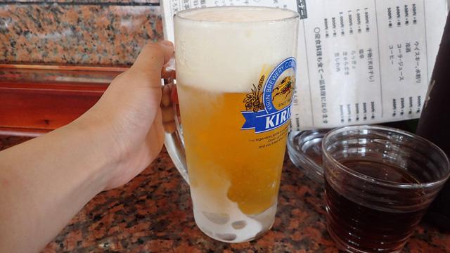 2杯目まで食べてみて、むしろお腹が空いてきてしまった。なんとなくビールを頼む