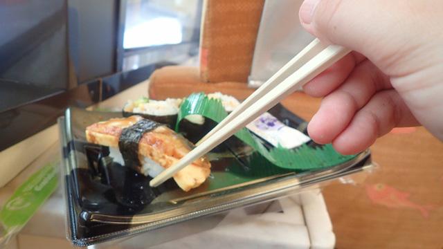 ところてんを食べ切ってから約1時間半後、下田駅に着いた時にはすでにお腹がすいていたので、スーパーで買ったお寿司を電車の中で食べた