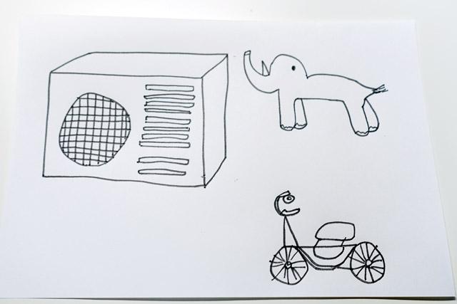 何も言わず妻に動物と自転車も描いてもらったら、やっぱり全部左を向いていた。それにしてもこの動物はなんだ(どうやら象らしい)