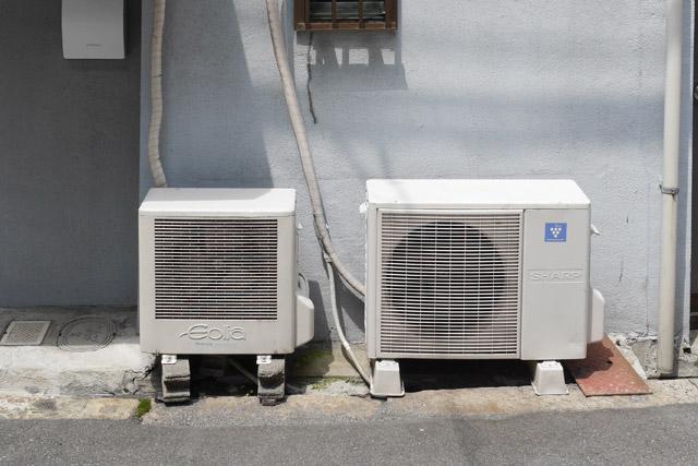 ところで、単に「家庭用エアコンの室外機」と言ってもいろいろある。この「ちいサイズ」ことナショナル・エオリア(写真・左)に代表される「一つ目」は、右目でも左目でもないため今回の集計からは除外した