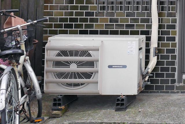 分かりにくいけど、これはホシザキ製なので、エアコン室外機ではなくて冷蔵か冷凍機用の室外機だと思われる。街にはこんなのも紛れているが、今回は除外