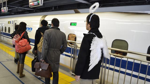 新幹線に並ぶ天使。ドレスはやめた。