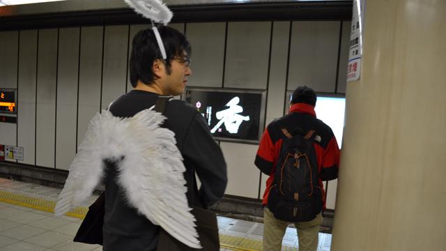 なかなか来ない電車にイラっとする天使