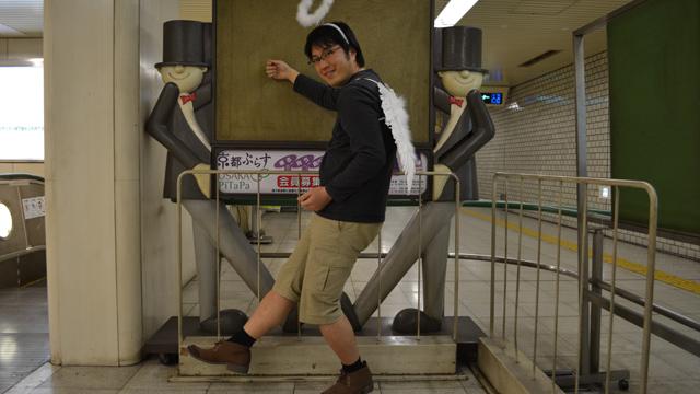 地下鉄駅構内に人がないことをいいことに調子にのる天使
