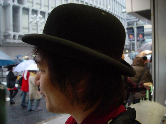 衝撃!横山さんの帽子が入らない。