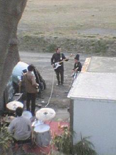 相模川の河川敷。ライブに観客がいるかどうかは関係ない。