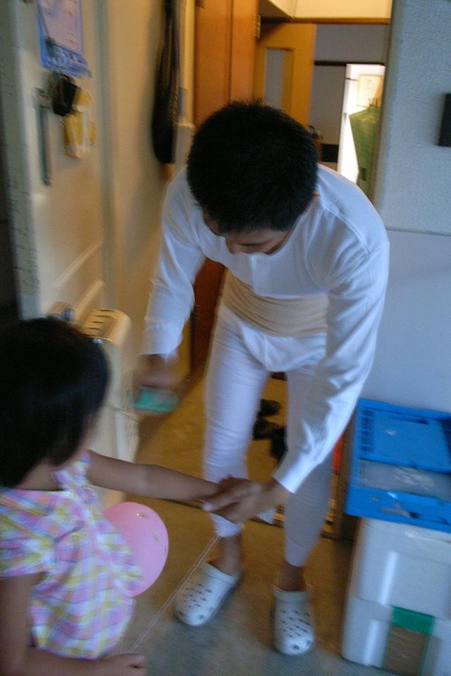 ステテコで娘に虫除けスプレーをかける