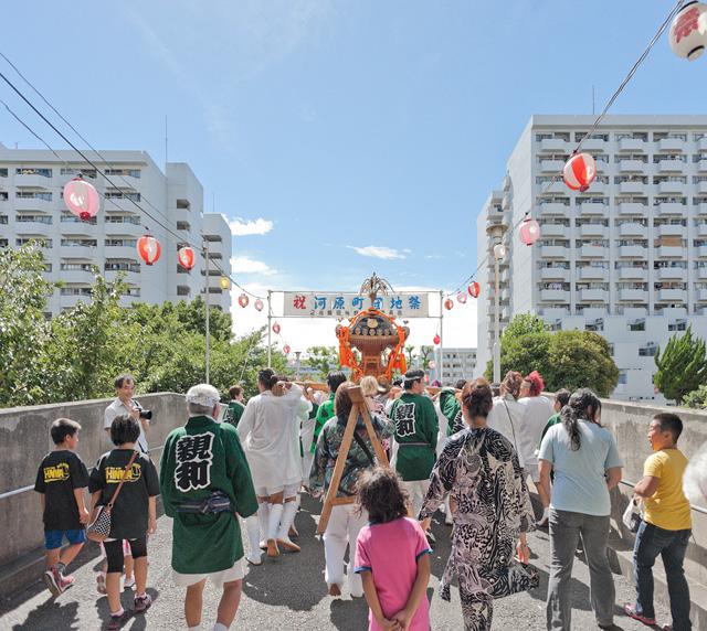 大人になって参加してみると、団地のお祭りは実に興味深いぞ、という話です。
