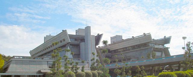 同じ大谷幸夫さんが設計した国立京都国際会館。こうして見ると河原町団地と共通する雰囲気がある((C)PlusMinus ・Wikipedia「国立京都国際会館」頁より )