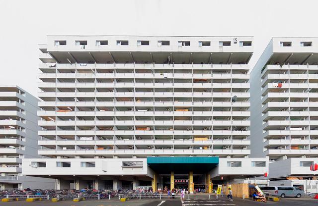 敷地内には神奈川県営、川崎市営、そして住宅供給公社といくつかの管理主体による棟が建っており、すべてが逆Y字ではないが、どれもかっこいい。これは外部道路に面した棟。