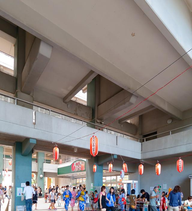 マッシブな梁と柱の構造が交差する魅惑の団地空間がすっかりお祭り気分。いい。ほんとうにいい。