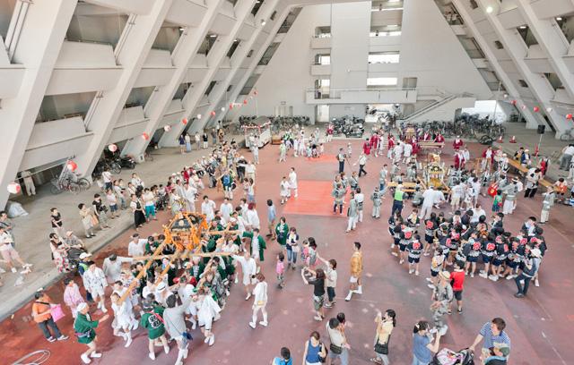 御神輿出発のかけ声と共に、棟それぞれの御神輿が順番に広場から外へ出て行く。
