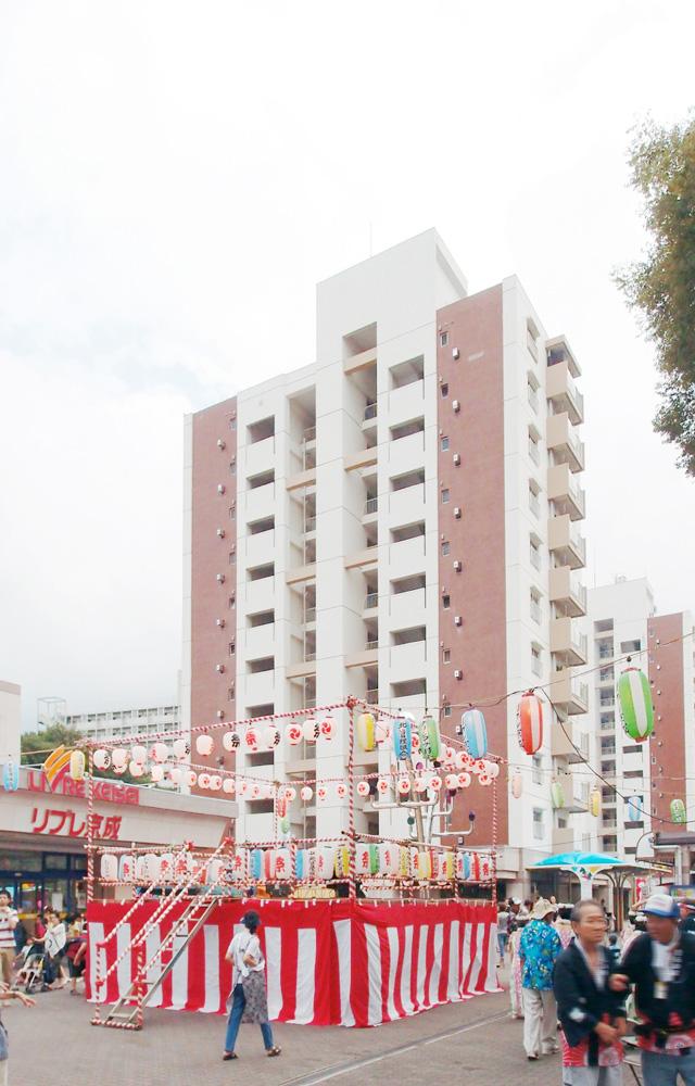 キュートな高層棟が見下ろす広場にはやぐらが組まれ