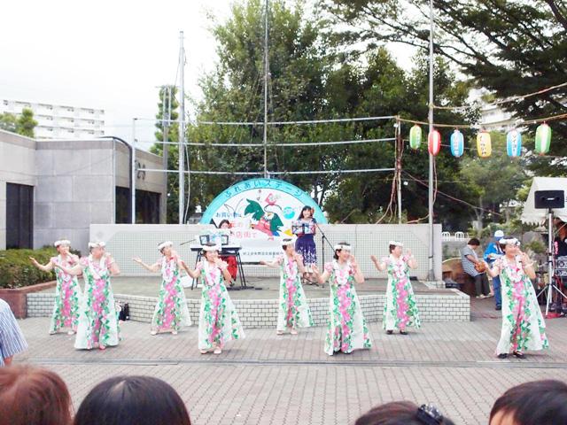 脇のステージではマダムたちによるフラダンスの披露。