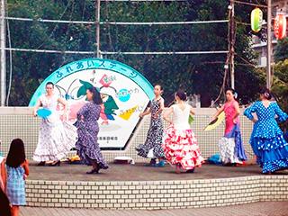 村上団地のステージ、フラダンスの後はフラメンコ。残念ながら見たところみなさん日本人。せっかくだから南米の方々がメンバーにいればいいのに、と思った。