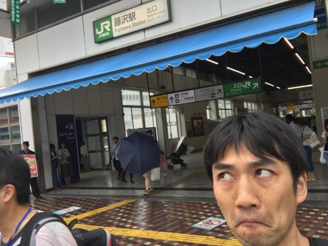 「スタンプラリー台紙ラリー」は小雨降る藤沢からスタート。目線が上になった代わりに口がへの字に。こういう連動する人形いる。