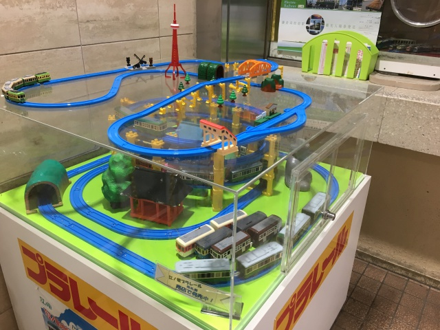 観光客でごった返す江ノ電乗り場。江ノ電プラレールがグルグル回っていた。かわいい。