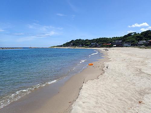 そろそろ砂利浜だろうと思ったら、それを通り越して砂浜が現れたぞ。