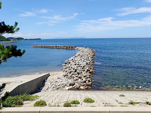堤防を挟んで、左は砂浜、右は大きな石の浜。その間の砂利浜がない!
