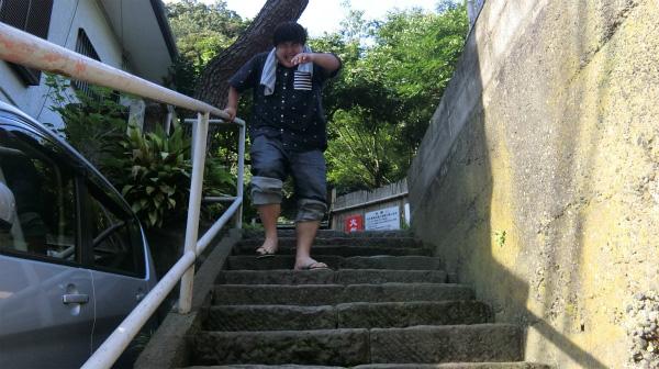 片足に全体重が乗ると声が出るほど痛い。下りの階段は僕らの味方じゃなかった。