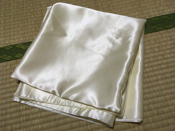 白黄色っぽいテカテカした透ける布を4m買いました。