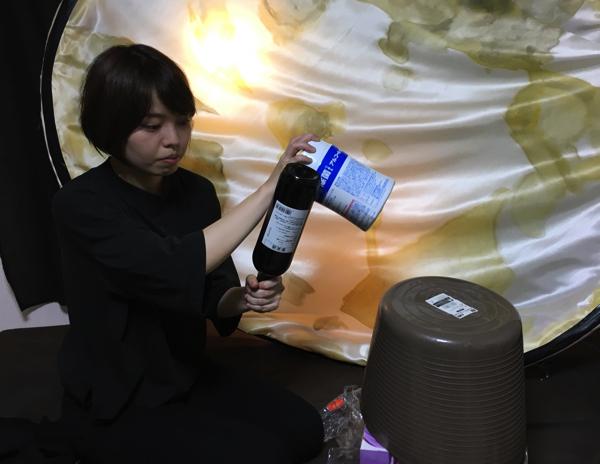 大きな臼も杵も家にはないので、バケツとウェットティッシュ、ワインボトルでどうにかする。