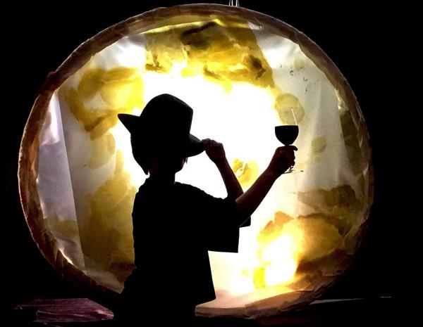 なんかロゴみたいなやつ(深い影を作るためにワイングラスにめんつゆ入れた)