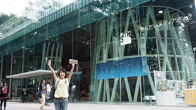 図書館や雑貨屋が入っている「せんだいメディアテーク」。ガラス張りで開放感がすごい。