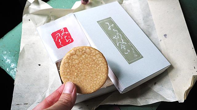 薄くパリッとした、かなり上品な黒糖菓子だ。一枚食べた後すぐさまお土産に追加購入しに戻ったくらいおいしい。10枚で648円。