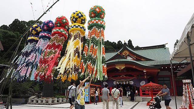近くにあった神社には仙台名物の七夕飾りが。訪れたのは七夕祭りが終わった後なのだが、見逃した人向けにしばらく飾っているのだそう。風にたなびいてキレイ。