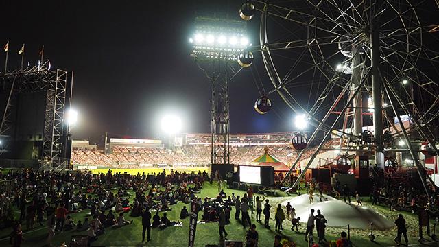 お目当ての観覧車も、球場のすぐ目の前。メリーゴーランドもあるし、なんだか幻想的な光景だ。