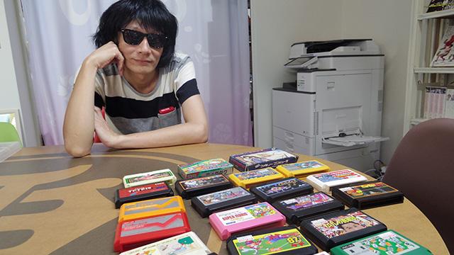 カセットたちを見つめるhironoさん