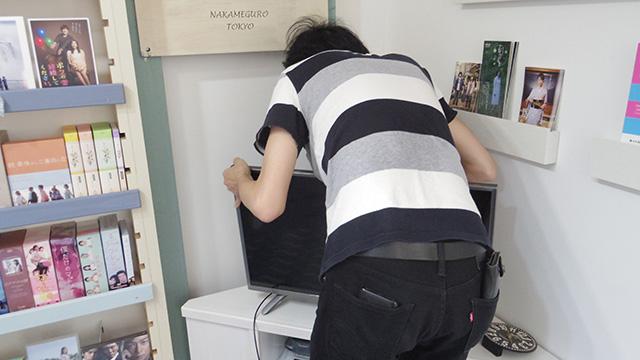 テレビの裏を調べるhironoさん