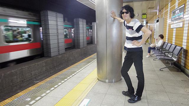 電車を待つ姿もロックなhironoさん。目的はビデオ接続用コードだけど。