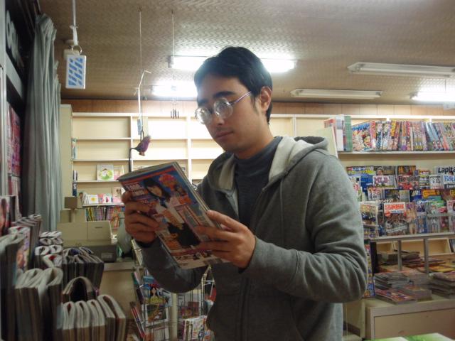 参考書を買いにきたのに ついエッチな本を手にとる浪人生