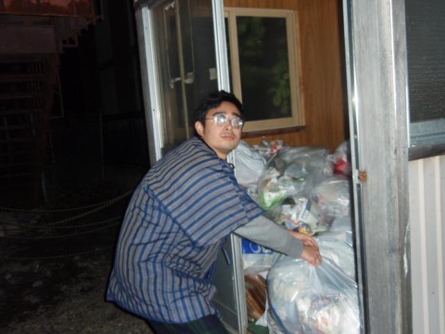ゴミを捨てにきたのに あさっているようにしかみえない浪人生