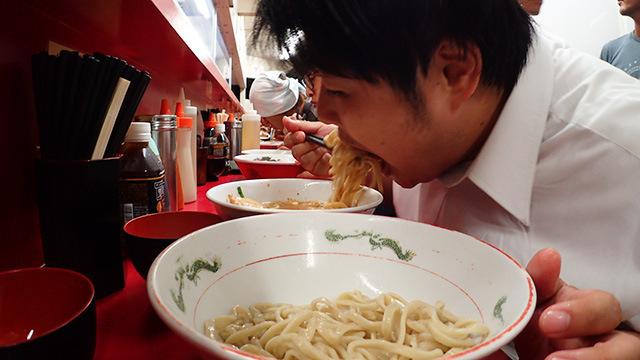 つけ麺と格闘する江ノ島先輩。迫力の食べっぷりである。